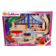 Trenino in legno con rotaie e ponte